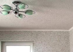 Потолок под обои