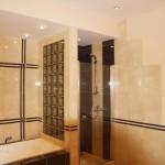 Оригинальные стены в ванной комнате