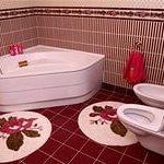 бело красная ванная комната