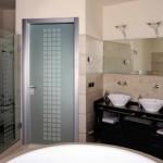 какую дверь лучше ставить в ванную комнату