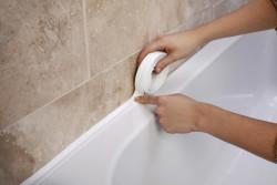 чем закрыть расстояние между ванной и стеной
