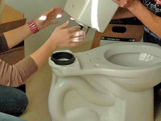 подтекает вода из бачка в унитаз