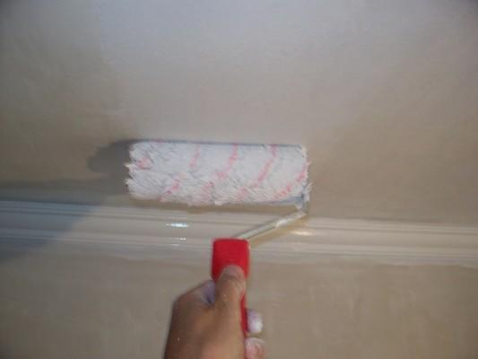 покраска потолка водоэмульсионной краской своими руками видео