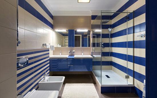 синяя плитка в ванной комнате фото